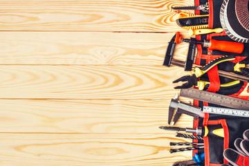 Różne narzędzia budowlane z narzędzi ręcznych do remontu domu na utrzymanie deski i reparing koncepcji