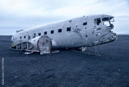 Photo Wreckage of crashed airplane Dakota United States Navy Douglas Super DC-3 on the coast of iceland black sand beach