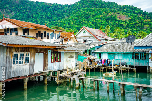 Village flottant de pêcheurs en Thaïlande Koh Kood Chang