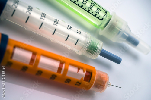 Fotografía  Several Injectors of insulin, conceptual image, composition horizontal