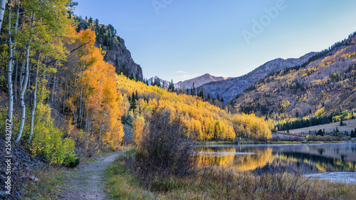 Foto auf AluDibond Grau Alpine Trail - Autumn sunrise at Crystal Lake - Million Dollar Highway - Colorado