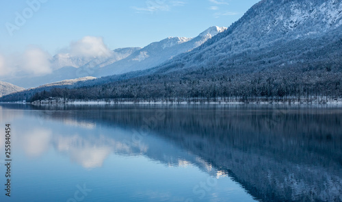 Photo sur Aluminium Piscine beautiful view on wild winter lake Bohinj
