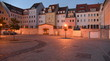 Gepflasterer Platz in Zgorzelec abendlich beleuchtet mit  Häuserzeile im Hintergrund