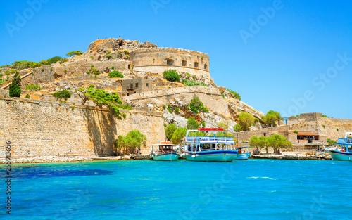 Foto  Spinalonga island is a popular tourist attraction in Crete, Greece