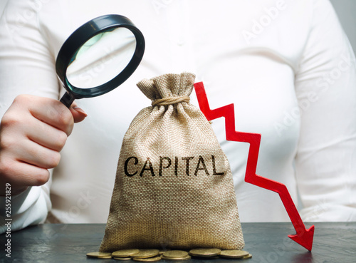 Foto  Woman analyzes data on the cost of capital in the company
