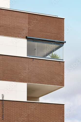 Foto  New building exterior facade with terrace. Construction. Buy