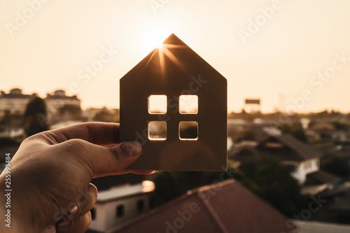 Fotografía  House model in home insurance broker agent 's hand or in salesman person