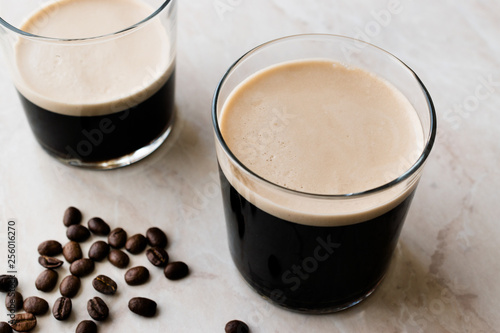 Tableau sur Toile Frothy Cold Brew Nitro Coffee with Beans Ready to Drink.