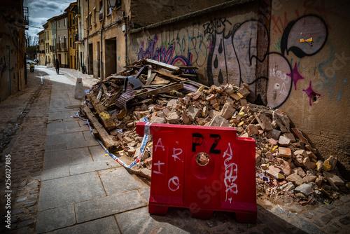 Fotografie, Obraz  residuos basura abandonada ensuciando el medio ambiente