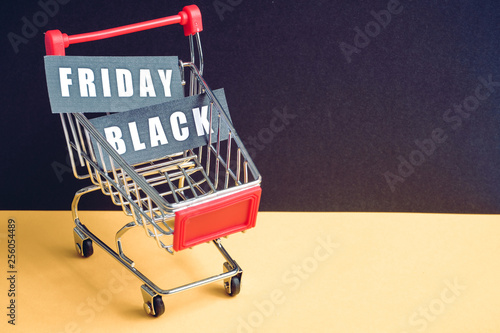 "Fotografía  A trolley on a black background with labels containing the inscription ""Black Friday"""