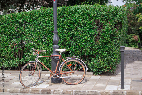 Papiers peints Velo Budapest, Hungary - July 04, 2018 .old bike attached to a pole. Retro bike with flat tires on the street
