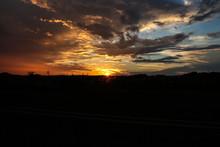 Pôr-do-sol No Horizonte Com Nuvens Escuras E Cores Alaranjado Amarelo E Cinza