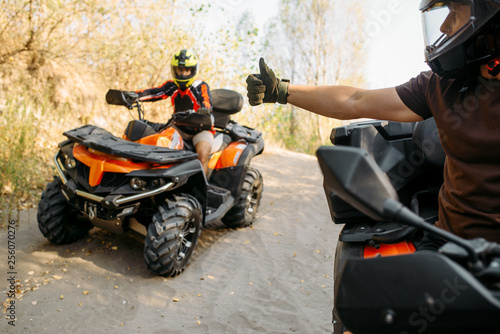 Fotografia ATV rider showing thumbs up to his partner