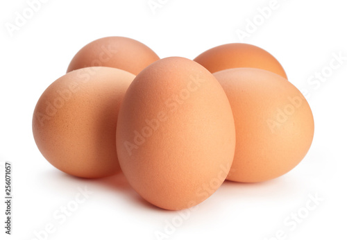 Photo heap of chicken eggs isolated on white background