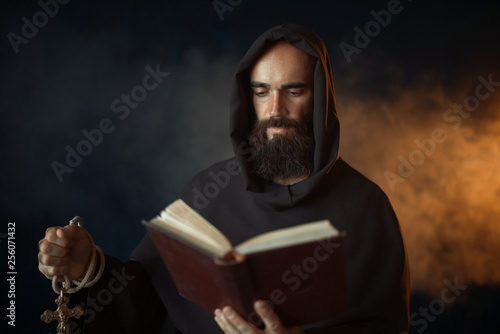 Fotografia Medieval monk praying with book in church