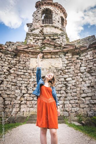 junge Frau vor Ruine / Burg mit kraftvoller Pose Canvas Print