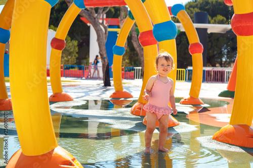 Poster Attraction parc Adorable toddler girl having fun in aquapark. Enjoying day trip to an aqua amusement park