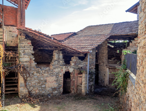 Foto  courtyard of an old farmhouse in the Piedmontese mountains, Italy