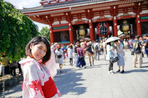 La pose en embrasure Lieu connus d Asie Young Japanese women in a kimono.