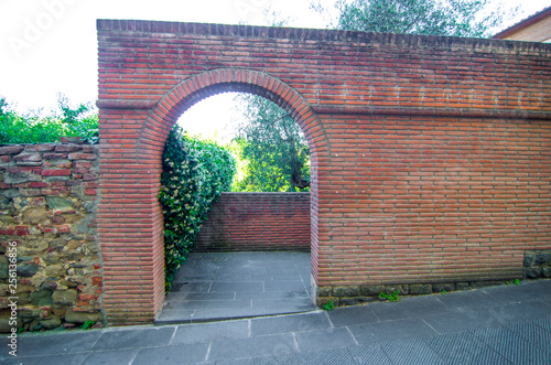 Foto  ancient and modern arch typical of the historic town