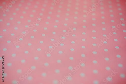 Różowe tkaniny i białe kropki w kropki. tło i tekstura