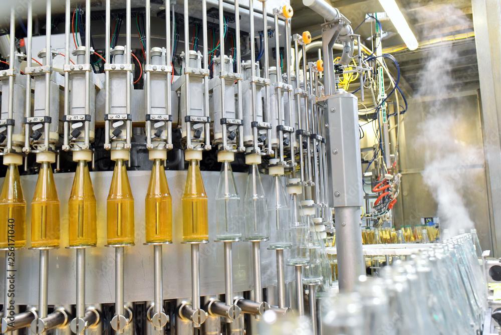 Fotografía Flaschenabfüllung Apfelsaft in Mosterei - Fliessband Automatisierung in d