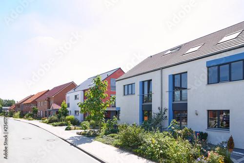 Straße mit Neubauten und schönen Vorgärten in Nordrhein-Westfalen Wallpaper Mural