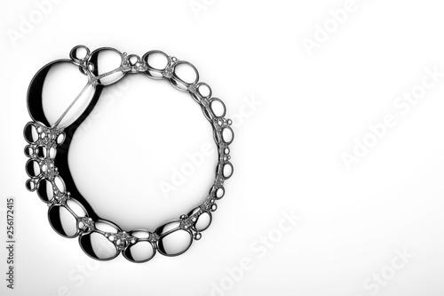 Foto  Makroaufnahme von Seifenblasen vor hellem Hintergrund