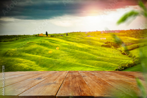 Biurko wolnego miejsca na dekoracje i wiosenny krajobraz Toskanii