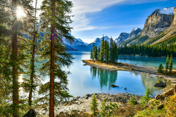Fototapeta Do hotelu Beautiful Spirit Island in Maligne Lake, Jasper National Park, Alberta, Canada