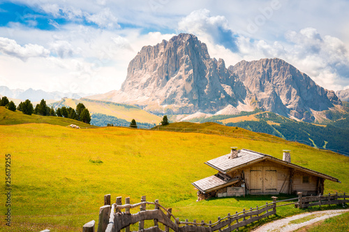 wooden chalet in a green valley with a rocky mountain in the background, dolomit Tapéta, Fotótapéta