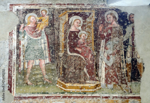Fotografia Enthroned Madonna and Child, Saints Christopher, Catherine, George and a worship