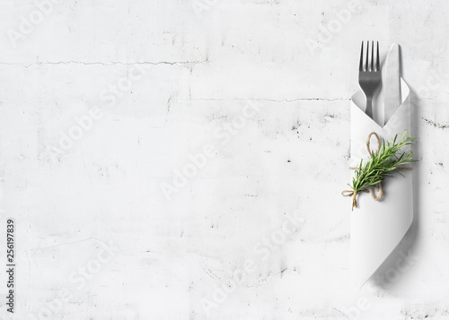 Photo Cutlery with rosemary on marble background