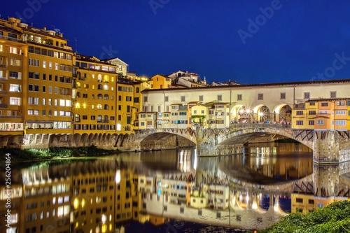 Ponte Vecchio w Florencja, Włochy, w letnią noc.