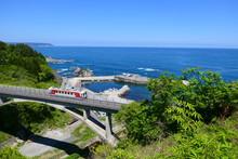 三陸復興国立公園を走る三陸鉄道リアス線。田野畑 岩手 日本。5月中旬。