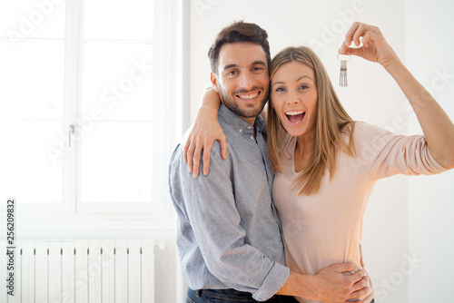Photographie  Happy couple with keys to new home