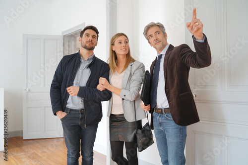 Slika na platnu Couple with real-estate agent visiting light contemporary house