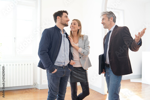 Foto Couple with real-estate agent visiting light contemporary house
