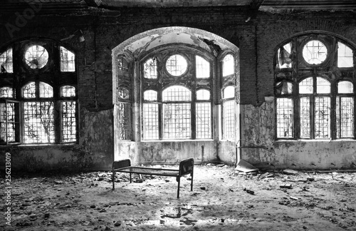 Foto auf Gartenposter Altes Beelitz-Krankenhaus abandonned deteriorated hospital beelitz germany wide angle black and white old bed