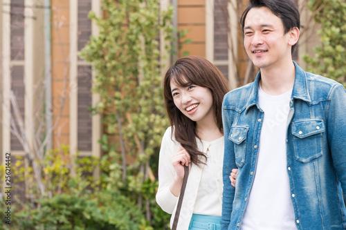 Fotografie, Obraz  新興住宅街をデートするカップル