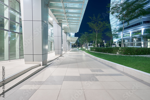 Foto Modern business office building exterior with floor ,night scene