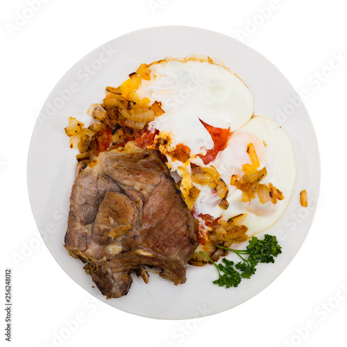 Fotografía  Picture  of delicious fried pork with  fried eggs at plate, nobody