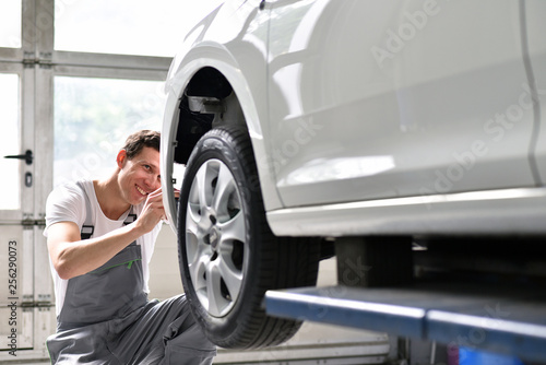 Photo car mechanic repairs car bodywork of a vehicle after a traffic accident