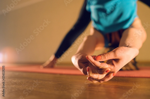 Fotografía  Close up on woman stretching her arms after training