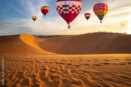 Poster Montgolfière / Dirigeable Hot air balloons in the desert at sunset background