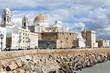 Espagne, Andalousie, Cadix, le bord de mer avec la cathédrale de style baroque et néo classique.