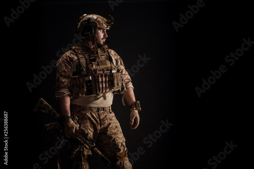 Fotografía  Special forces United States soldier or private military contractor holding rifle
