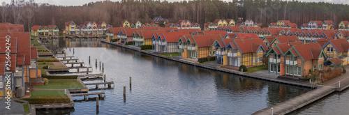 Fotografiet  Panorama einer Ferienhaus Siedlung in Rheinsberg am Wasser
