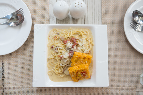 Photo Carbonara spaghetti with crispy bread