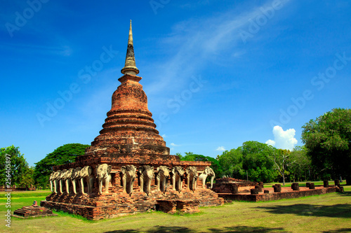 Foto  Wat Chang lom which has old-style pagoda with elephant statues around sukhothai historical park in Thailand